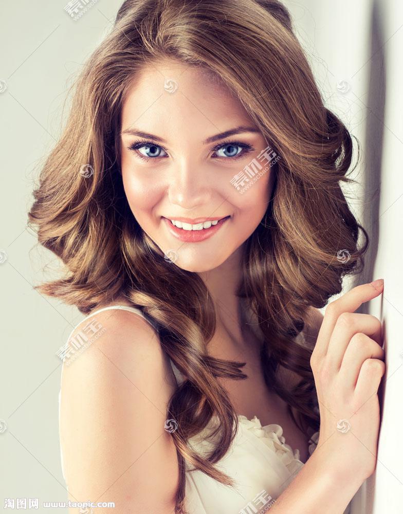 微笑的性感美女写真