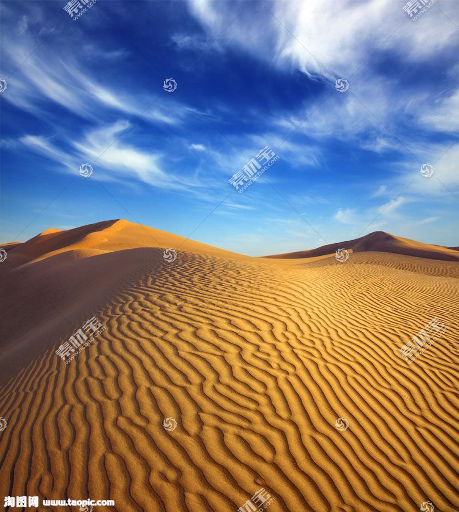 蓝天白云与沙漠风景