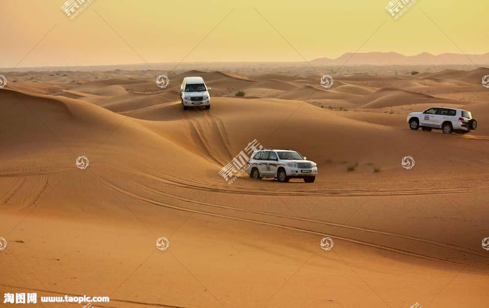 沙漠上的SUV车