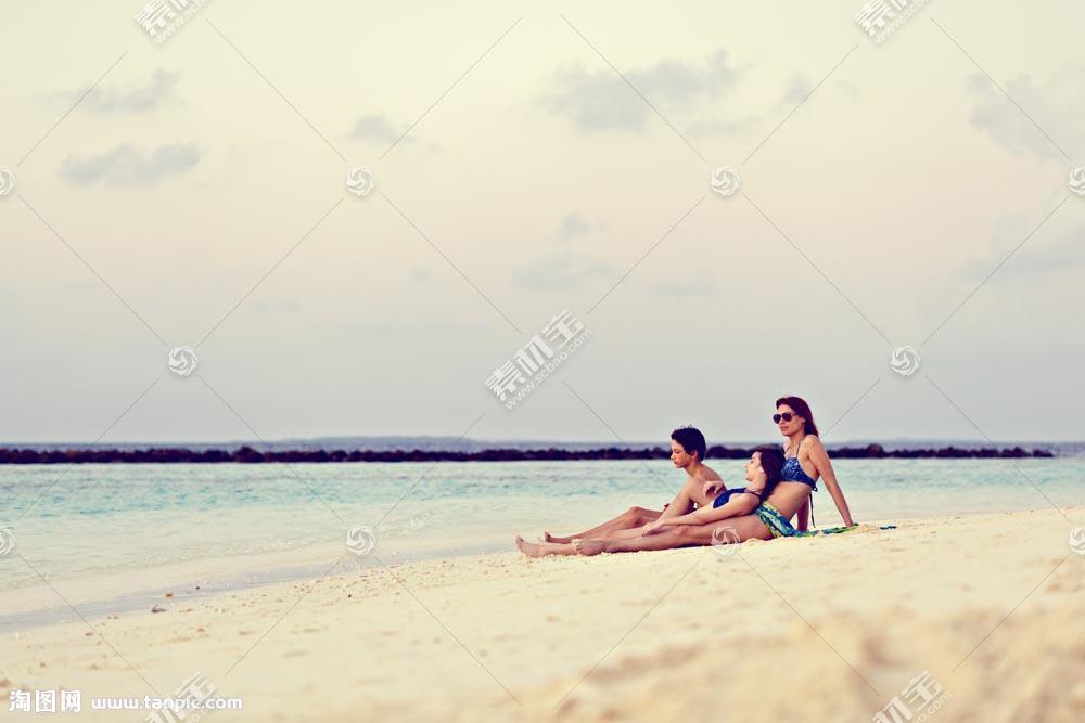 海边沙滩上的女人和儿童图片