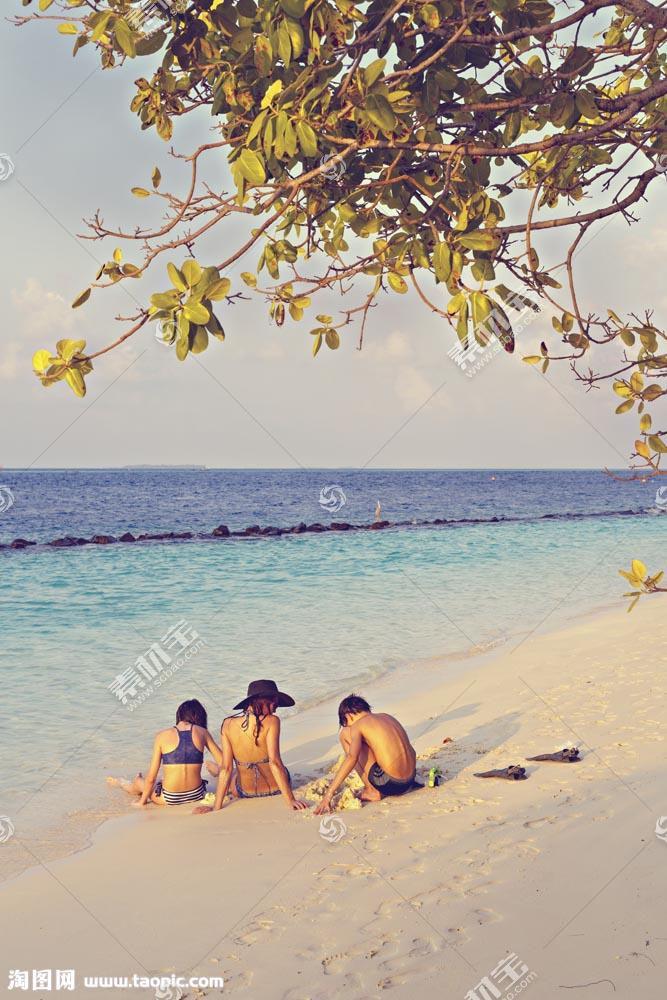 海边的树枝和女人孩子图片