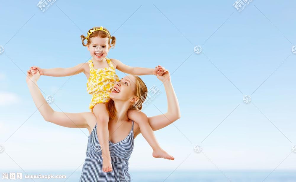 海边背着女孩的女人图片