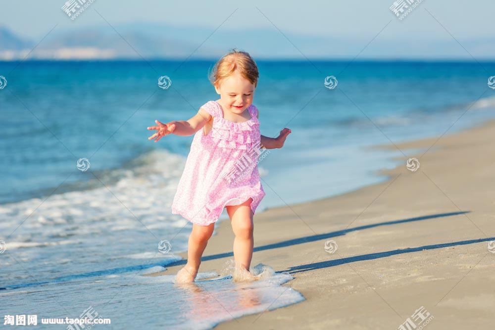 沙滩上的小女孩图片