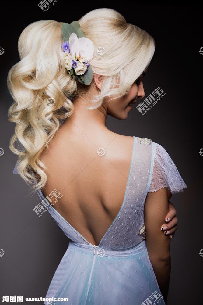 黄色头发美女背影