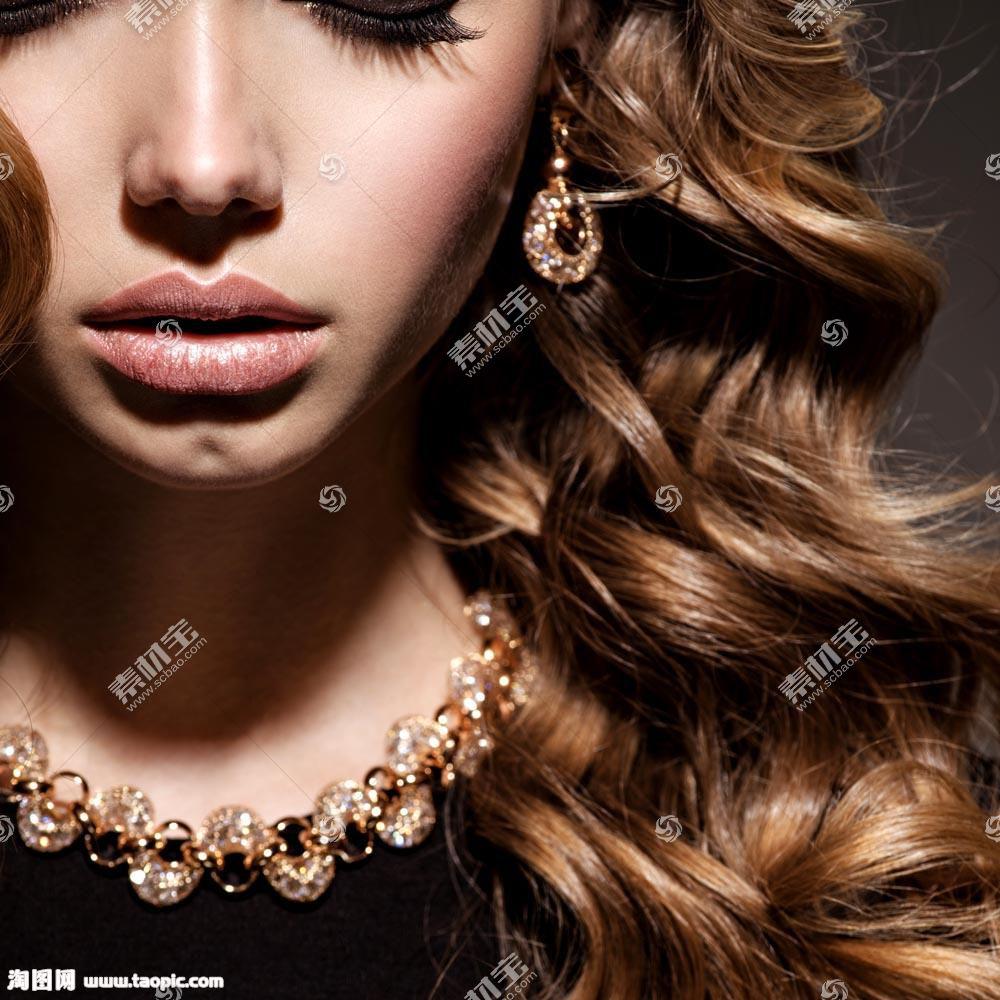 卷发模特美女