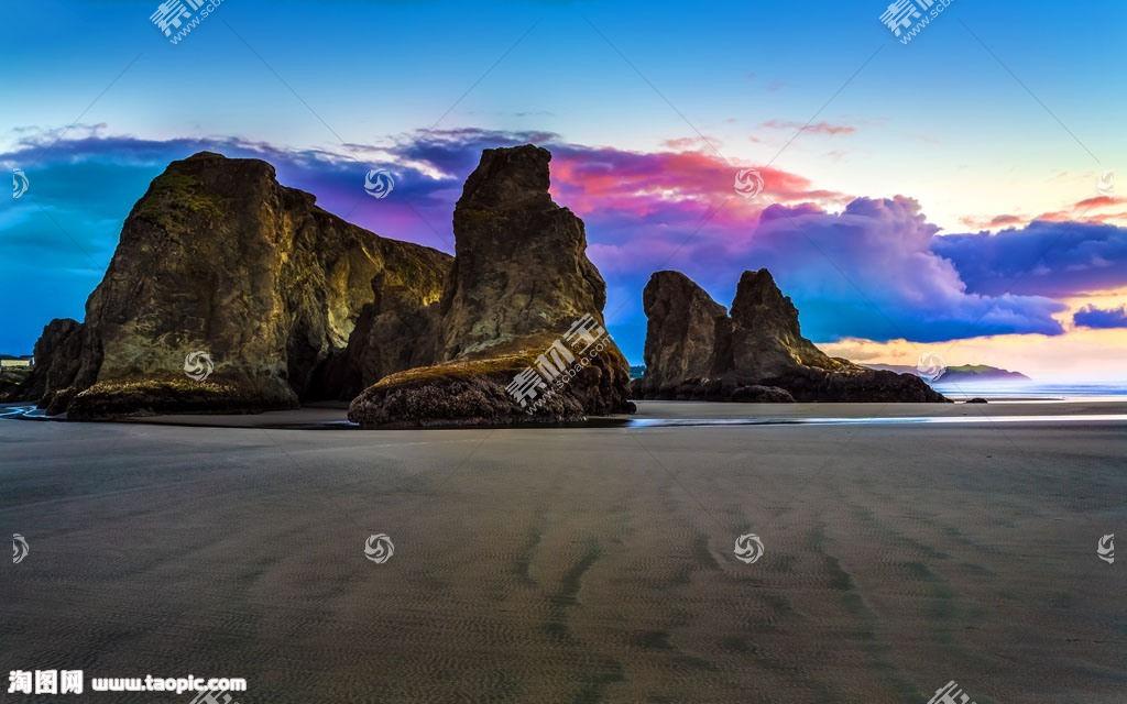 沙漠的石头和白云