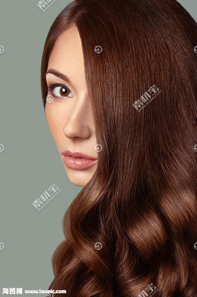 棕色头发的美女