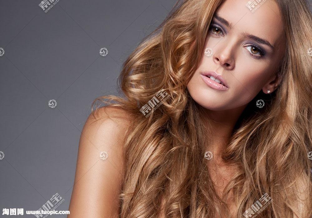 金色头发的女人