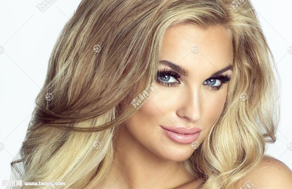 漂亮的卷发美女
