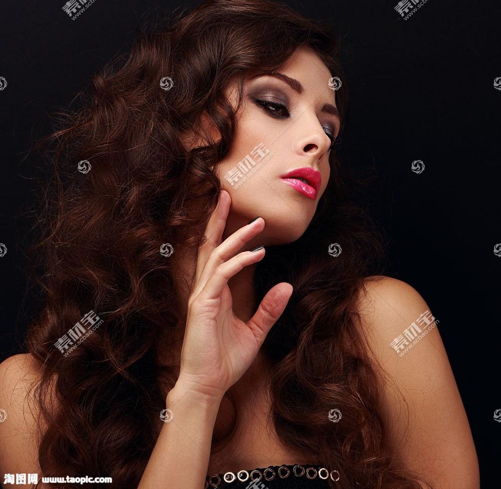 性感的卷发美女模特
