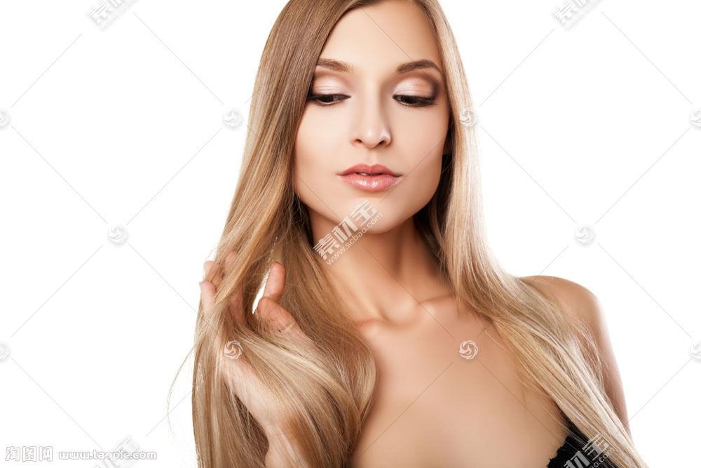手绕着头发的女子